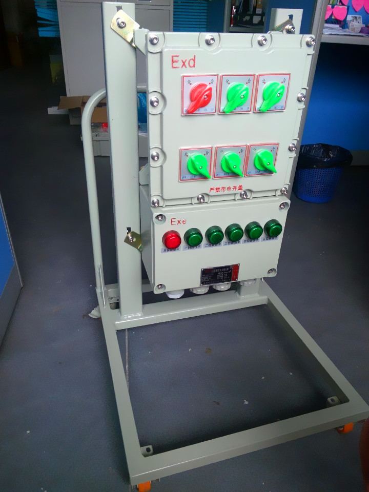 2、微型断路器      额定电流A0-100      额定工作电压V230/415      隔离功能有      极数1、2、3、4      额定极限短路分断能力kA10      机械寿命次20000      辅助或报警触点、漏电、脱扣元件等可配置漏电30mA可配      3、接触器      额定电流A100A及以下      额定工作电压V415      额定绝缘水平ACV690      极数3      额定工作频率HZ50      报警触点
