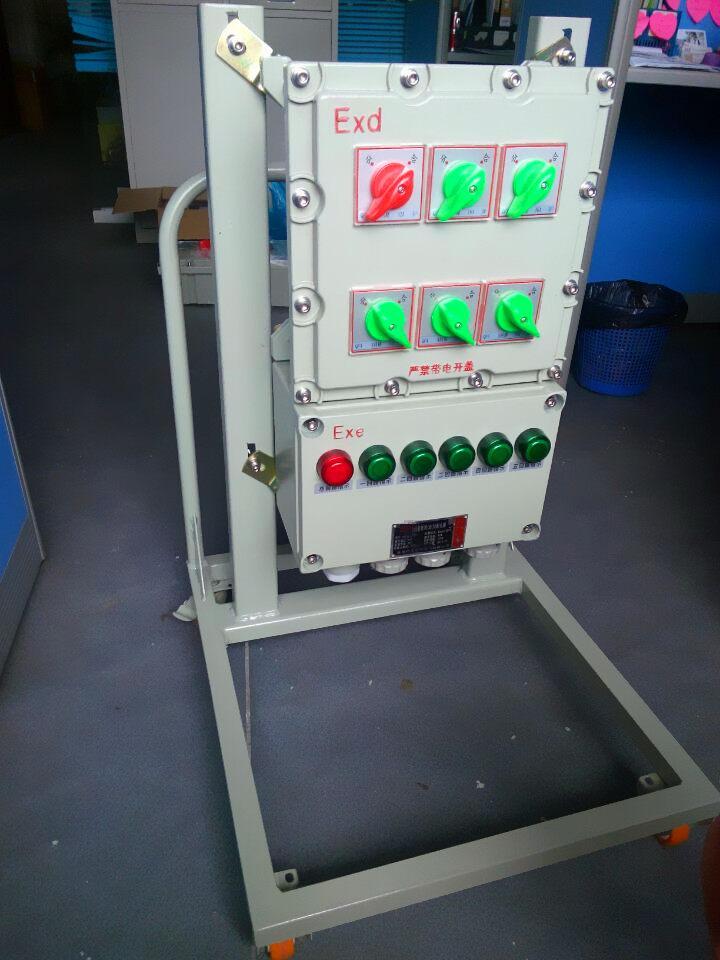 户外移动式防爆动力配电箱产品特点 1、本产品为复合型,开关箱采用隔爆型结构,进线箱及出线箱采用增安型结构。 2、铸铝合金外壳,内装高分断小型断路器或塑壳式断路器,具有过载短路保护功能并可根据要求增加漏电保护等。 3、本产品采用模块化结构, 各种回路可以自由选择组合。 4、有特殊要求可特制。 5、钢管或电缆布线均可产品特点: 1.