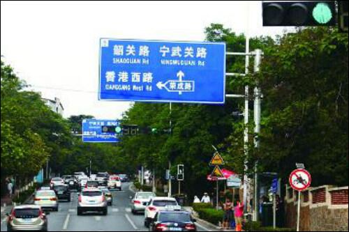 沿途所过信号灯20余处,但只在香港西路太平角六路路口,山东路东海路